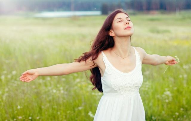 Фото женщина раздевается и одевает дырявую одежду фото 154-638