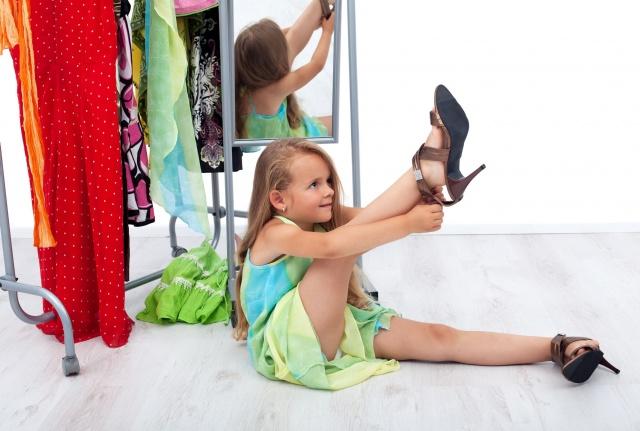 Девочки показывают свою одежду